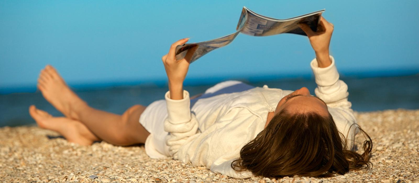 vrouw leest op het strand